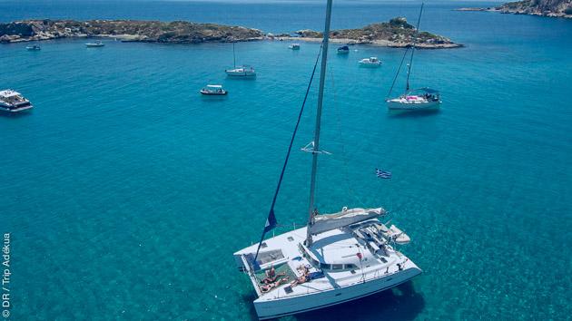 Plongez dans les eaux limpides des Cyclades depuis le pont de votre catamaran