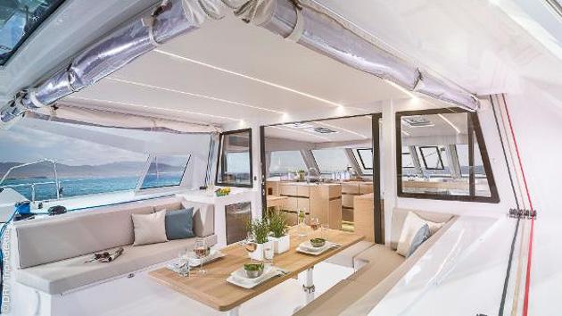 Profitez de tout le confort de votre catamaran de luxe pendant votre croisière dans les Cyclades