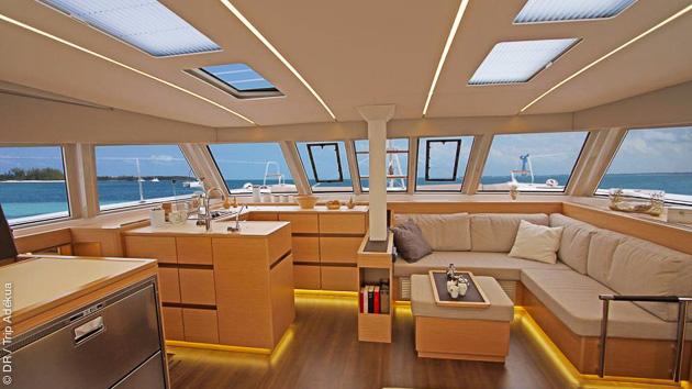 Savourez le confort de votre catamaran de luxe pendant votre séjour dans les Cyclades