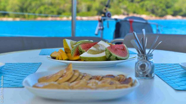 Savourez une cuisine raffinée à bord de votre catamaran de luxe