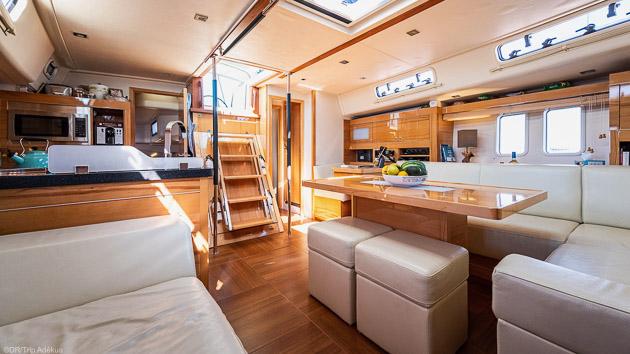 Un voilier tout confort avec 3 cabines et un carré avec écran plat
