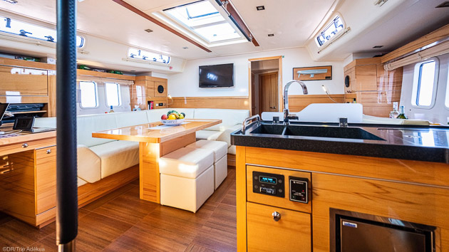 Savourez le confort de votre voilier de 17 m pendant votre croisière en Sardaigne
